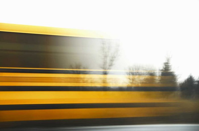 Train jaune, reflet, vitesse
